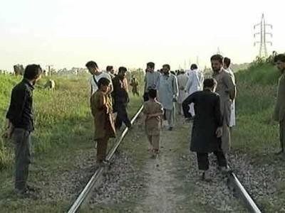 اسلام آباد میں دو غیر ملکی طالبعلم پٹری کراس کرتے ہوئے ٹرین کی زد میں آ گئے،ایک جاں بحق ،دوسرا زخمی
