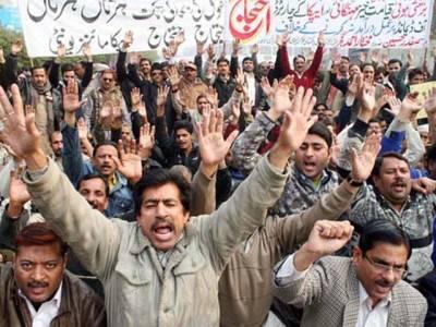 لاہور:کسانوں، نرسوں اور اساتذہ کے بعد اب کلرک بھی میدان میں آگئے: مال روڈ پر دھرنا