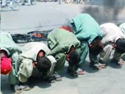 سیوریج کا ناقص نظام،فیصل آباد میں شہر یوں کا مرغا بن کر احتجاج