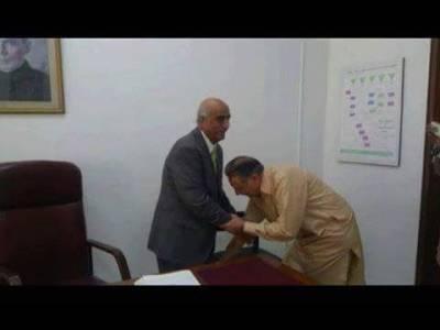 پرویز رشید پارلیمانی کمیٹی برائے ممبران الیکشن کمیشن کے چیئرمین منتخب ،ایک بار پھر خورشید شاہ کے گھٹنے چھوئے