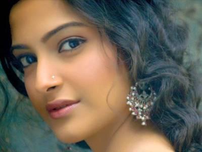 فلم کی کامیابی کیلئے سر کے بال بھی منڈواسکتی ہوں : سونم کپور