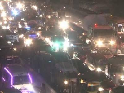 مال روڈ پر عوامی تحریک کا احتجاجی دھرنا ،لاہور بھر میں سڑکوں پر ٹریفک جام،شہریوں کو شدید مشکلات کا سامنا