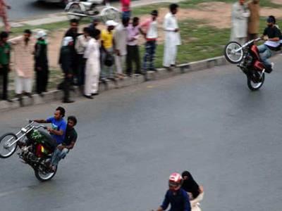 حیدر آباد پولیس کا ون ویلنگ کے خلاف کریک ڈاﺅن، 400سے زائد نوجوان گرفتار