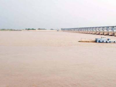 دریائے سندھ میں کار گرنے سے 4 افراد ڈوب گئے، 2 لاشیں نکال لی گئیں
