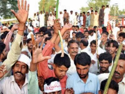 لاہور:گنے کی قیمت ادا نہ کرنے پر کسانوں کا حمزہ شہباز کے ماموں کے گھر کے باہر دھرنا:سینہ کوبی