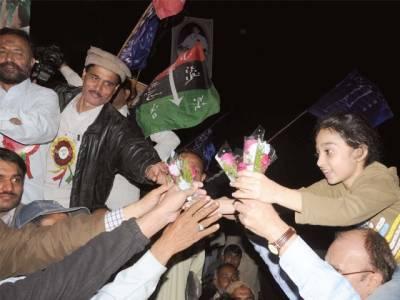 کارکنوں کی بڑی تعداد مراد شاہ کے گھر پہنچ گئی: جئے بھٹو جئے بی بی اور جئے بلاول کے نعرے