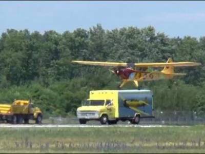پائلٹ کا کمال ، چلتے ٹرک پر جہاز لینڈ کر دیا