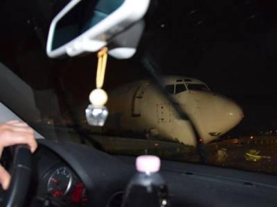 کریش لینڈنگ کا حیرت انگیز واقعہ ،کارگوطیارہ رن وے سے پھسلتا ہوا ہائی وے پر آگیا