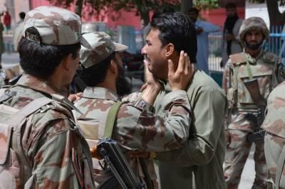 کوئٹہ دھماکہ، پاکستانی فوجی غمزدہ شہری کو تسلی دے رہا ہے، بھارتی فوج کا کشمیریوں سے سلوک کسی سے چھپا نہیں: علی گیلانی
