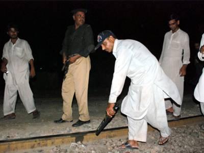 ٹنڈو آدم : ریلوے ٹریک کو بم سے اڑانے کی کوشش ناکام ، پولیس کو دیکھ کر دہشت گرد فرار ، بم ناکارہ بنادیا گیا