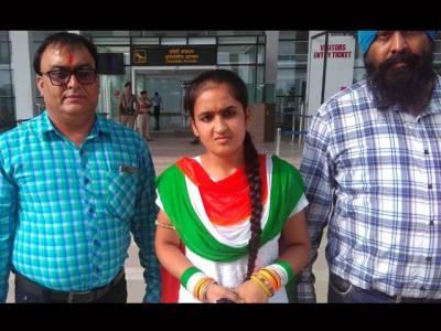 سرینگر میں بھارتی پرچم لہرانے کا چیلنج کرنے والی طالبہ نامراد ہو کر بھارت چلی گئیں