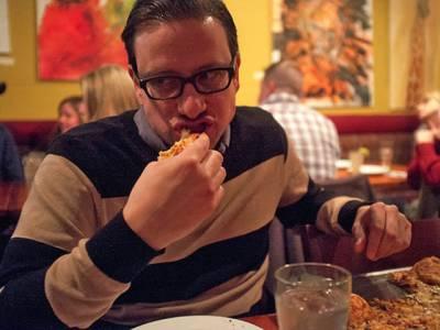 اس آدمی نے 25سال سے پیزا کے علاوہ کچھ نہیں کھایا، جسم میں کیا تبدیلی آئی اور صحت کیسی ہے؟ آپ کو بھی ضرور معلوم ہونا چاہیے