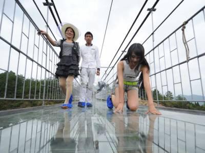 چین میں دنیا کا سب سے اونچا اور لمبا شیشے کا پل سیاحوں کیلئے کھل گیا