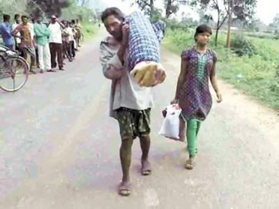 ایمبولینس کے پیسے نہ تھے، شوہر بیوی کی لاش کندھے پر اٹھا کر 12کلومیٹر پیدل چلتا رہا