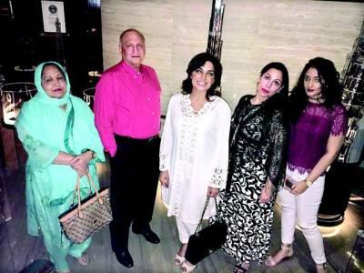 اداکارہ میرا کی کیپٹن نوید کی فیملی کے ساتھ دبئی سے تصاویر سامنے آگئیں ، سیروتفریح کیساتھ شاپنگ