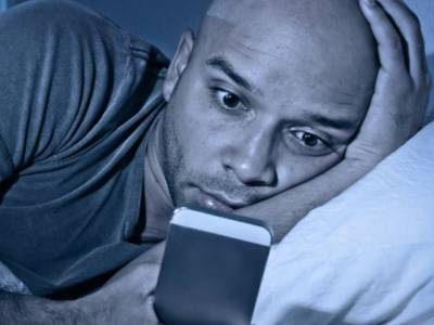 خبردار،سونے سے پہلے سمارٹ فون سے کھیلنا بہت خطرناک ہے