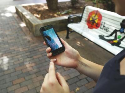 ٹریفک سگنل پر کھڑے لڑکے سے شہری نے موبائل سستے میں خرید لیا، لیکن تھوڑا دور جاکر غور سے دیکھا تو دراصل کیا چیز تھی؟ ایسی حقیقت کہ پیروں تلے زمین نکل گئی