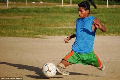 ِدونوں ٹانگوں سے محروم نوجوان عام افراد کی طرح فٹبال کھیل کر مایوس لوگوں کیلئے امید بن گیا