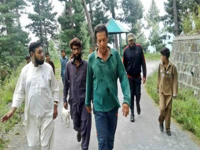 عمران خان کی بغیر پروٹوکول نتھیا گلی کی سڑک پر واک، شہری بھی ساتھ چل پڑے