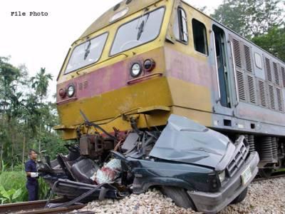فتح جنگ میں ٹرین نے کار روند ڈالی، 2 افراد جاں بحق، 4 شدید زخمی