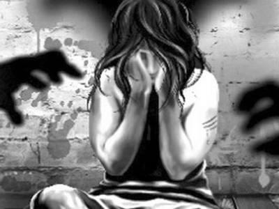 بھارت میں چلتی ٹرین کے اندر تین درندہ صفت نوجوانوں نے لڑکی کو جنسی درندگی کا نشانہ بنا ڈالا