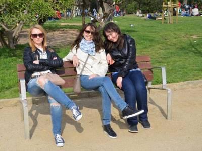 کیا آپ بتاسکتے ہیں اِن 3لڑکیوں کی اس تصویر میں کیا خرابی ہے؟ اگر نہیں، تو یہ خبر پڑھیئے، جان کر آپ کو بھی حیرانی ہوگی کہ یہ چیز نظر کیوں نہ آئی