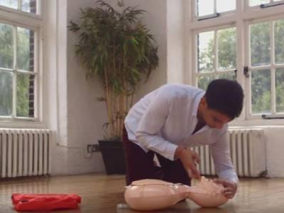 اگر کسی کو ہارٹ اٹیک ہورہا ہو یا سانس نہ آرہا ہو تو کیا کرنا چاہیے؟ جانئے وہ طریقہ جس سے آپ ایک دن کسی کی زندگی بچاسکتے ہیں