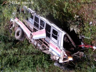 آزادکشمیر میں سکول وین کھائی میں گر گئی ،کنڈیکٹر جاں بحق ،32بچے زخمی