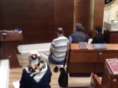 اس تصویر میں یہ مسلمان کس جگہ نماز ادا کررہے ہیں؟ جواب ایسا کہ جان کر یہودیوں کے پیروں تلے زمین نکل گئی