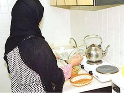 'ان سب غیر ملکیوں کی تنخواہیں فوری کم کردو' سعودی خواتین بھی میدان میں آگئیں، ملک میں مقیم غیر ملکیوں کو مزید پریشان کردیا