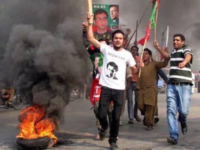 اسلام آباد،کراچی،راولپنڈی اورلاہور میں گرفتاریوں کے خلاف تحریک انصاف کے کارکن سڑکوں پر آگئے، ٹائر جلا کر روڈ بلاک کردیے