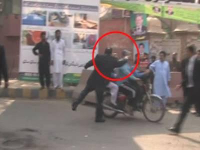 پنجاب حکومت کا احتجاج کے دوران دو راہگیروں کو تھپڑ مارنے والے پی ٹی آئی کے شاہد نسیم ایڈووکیٹ کے خلاف کارروائی کا اعلان