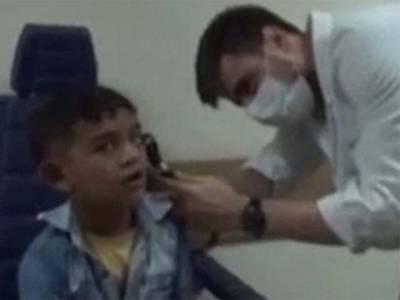 10 دن تک 7 سالہ بچے کے کان میں درد، بالآخر ڈاکٹر نے دیکھا تو کان کے اندر ایسی چیز نظر آگئی کہ ڈاکٹر کے پیروں تلے بھی زمین نکل گئی