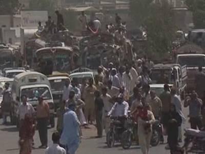 کراچی میں گرفتاریوں کیخلاف احتجاج، نیشنل ہائی وے پر دھرنا، گاڑیوں کی میلوں لمبی قطاریں، 4مظاہرین گرفتار