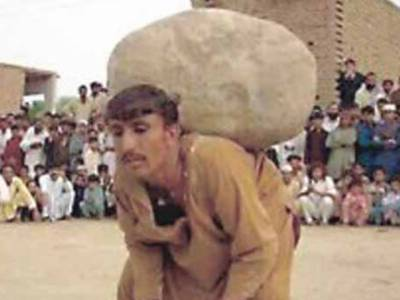 قبائلی علاقوں میں شادی کے خواہشمند نوجوانوں کی بھاری پتھر اٹھانے کی روایت برقرار