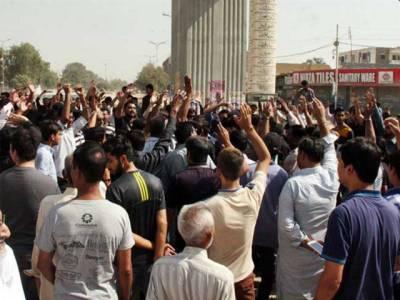 ملیر 15پر مذہبی جماعتوں کا دھرنا ، نیشنل ہائی وے کو بند کر دیا گیا ، ایس ایس پی مذاکرات کیلئے مظاہرین کے پاس پہنچ گئے