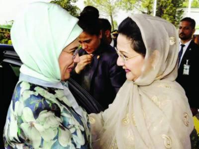 امینہ طیب اردگان کی محمودہ ممنون، کلثوم نواز مریم سے ملاقاتیں، فیصل مسجد کا دورہ، ترک خاتون اول نے معذور افراد میں وہیل چیئرز تقسیم کیں