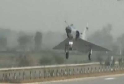 پاکستان کی نقل میں بھارتی فضا ئیہ نے بھی مو ٹر وے کو رن وے بنا لیا لیکن پھر ایسا کام ہو گیا کہ پو ری دنیا کے سامنے شرم سے پانی پا نی ہو گئی
