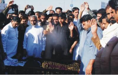 دیرینہ دشمنی پرشادی کی تقریب سے واپس جانیوالا نوجوان قتل، ورثاء کا لاش کے ہمراہ احتجاج