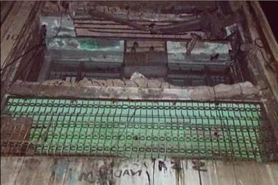 پاکستان چوک پر مخدوش عمارت کا زینہ گر گیا ،دوسری اور تیسری منزل پر محصور مکینوں نے ریسکیو ٹیموں کو عمارت خالی کرنے سے انکار کردیا