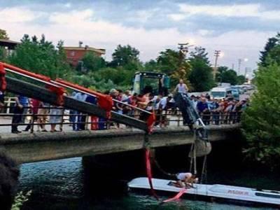 چینی صوبے ہبئی میں مسافر بس جھیل میں گرنے سے 17افراد ہلاک ، 2زخمی