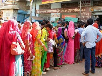 بھارت میں کرنسی تبدیل کرانے کے لیے قطار میں انتظار کرنے والی خاتون نے بچے کو جنم دے دیا