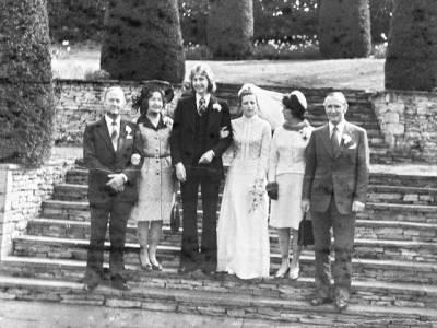 انٹرنیٹ پر خریدے جانے والے پرانے کیمرے میں خاتون کو اپنی شادی کی 40 سال پرانی تصاویر مل گئیں، لیکن دولہا کے ساتھ پھر کیا ہوا تھا؟ ایسا اتفاق کہ دنیا حیران رہ گئی