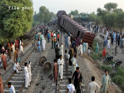 وزیرآباد سے لاہور جانیوالی باﺅ ایکسپریس پھاٹک سے ٹکرا گئی،کوئی جانی نقصان نہیں ہوا