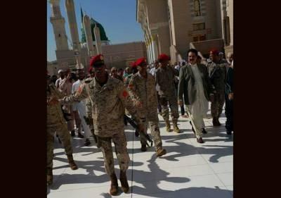 سعودی عرب کے دورے پر موجود سابق آرمی چیف ریٹائرڈ جنرل راحیل شریف کی عمرہ ادا کر کے روضہ رسول ﷺپر حاضری