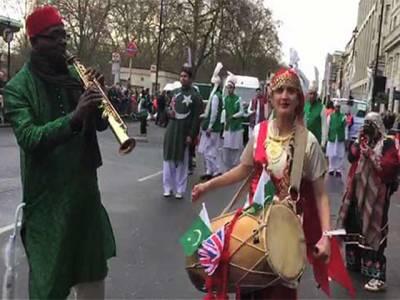 لندن، نئے سال کی آمد پر شاندار پریڈ پاکستانی دستے کی پہلی مرتبہ شرکت رنگ برنگے روایتی لباس میں کیلاشی خواتین بھی پریڈ کا حصہ تھیں