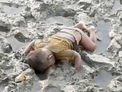 مردہ مسلمان بچے کی ایک تصویر جس نے پوری دنیا کو ہلا کر رکھ دیا، اس کا تعلق کسی عرب ملک سے نہیں بلکہ۔۔۔ ایسی خبر سے پڑھ کر ہر مسلمان اپنی خاموشی پر شرم سے پانی پانی ہوجائے