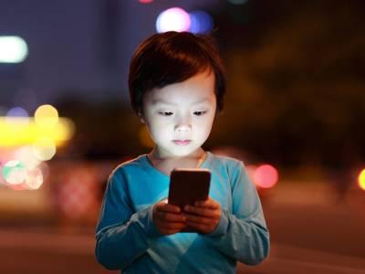 خبردار! اگلی مرتبہ اپنے بچے کو موبائل یا کمپیوٹر دینے سے پہلے یہ انتہائی تشویشناک خبر ضرور پڑھ لیں کہیں ایسا نہ ہو کہ۔۔۔