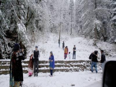 ملکہ کوہسار میں برفباری کا سلسلہ شروع ، مال روڈ پر ہزاروں سیاح پھنس گئے