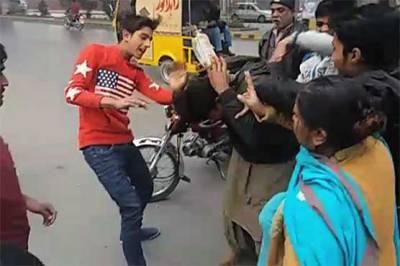 گوجرانوالہ میں لڑکی کو چھیڑنے پر شہریوں نے اوباش کی پٹائی کردی،معافی مانگنے پر چھوڑدیا